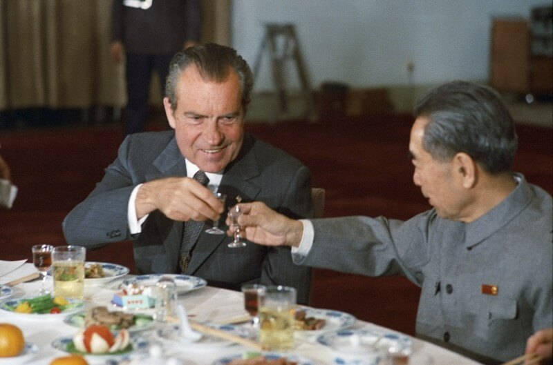 Photo of Richard Nixon toasting a dinner with Chinese leader