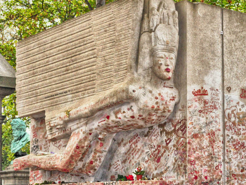 Oscar Wilde's tomb covered in kisses