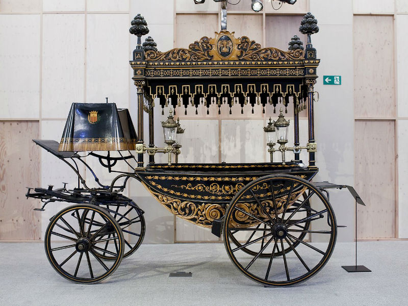Funeral museums - an ornate horse-drawn funeral carriage at the Museu de Carrosses Fúnebres