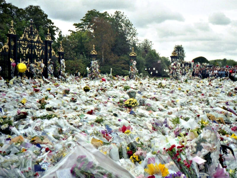 Thousands of flowers laid outside Kensington Palace